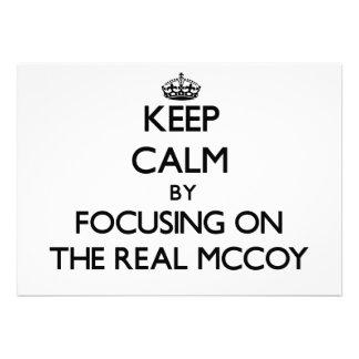 Mantenha a calma focalizando no Mccoy real Convites