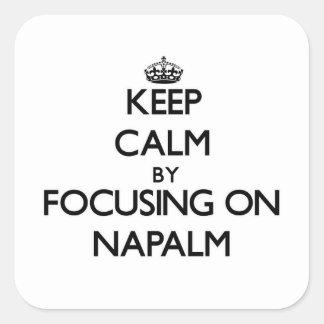 Mantenha a calma focalizando no napalm adesivos quadrados