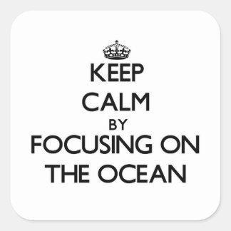 Mantenha a calma focalizando no oceano adesivo em forma quadrada