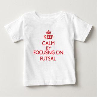 Mantenha a calma focalizando sobre em Futsal T-shirts