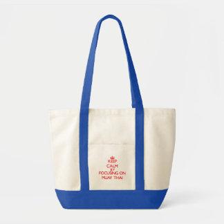 Mantenha a calma focalizando sobre em tailandês de bolsas de lona