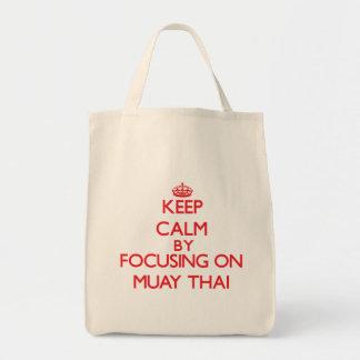 Mantenha a calma focalizando sobre em tailandês de bolsa para compra
