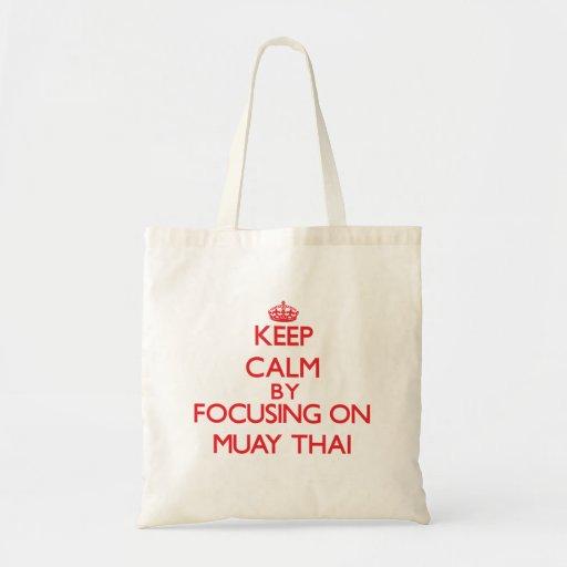 Mantenha a calma focalizando sobre em tailandês de bolsas