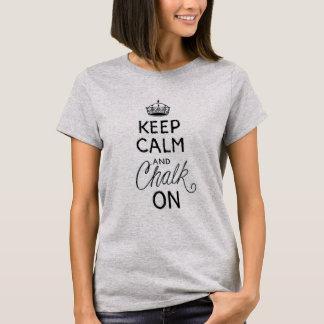 Mantenha a calma, giz sobre camiseta