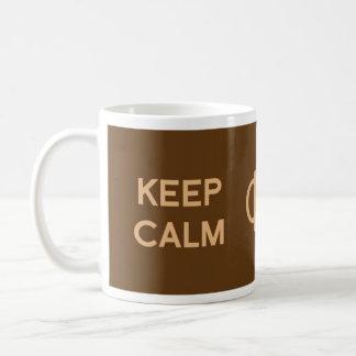 Mantenha a calma & o café sobre caneca de café