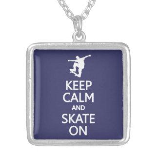 Mantenha a calma & patine na colar feita sob encom
