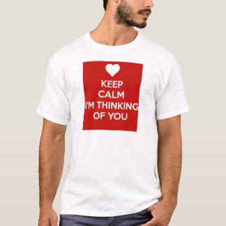 Mantenha a calma que eu estou pensando de você camiseta