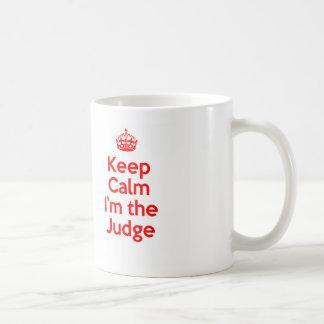 Mantenha a calma que eu sou o juiz no vermelho caneca de café