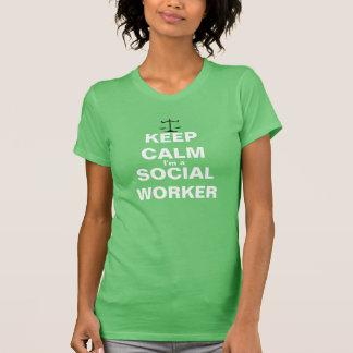 Mantenha a calma que eu sou um assistente social camisetas