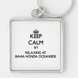 Mantenha a calma relaxando no perto do oceano Flo
