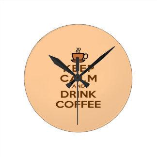 Mantenha café calmo e da bebida relógios para pendurar