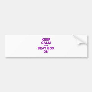 Mantenha caixa calma e da batida sobre adesivo para carro
