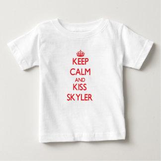 Mantenha calmo e beijo Skyler T-shirts