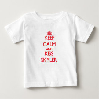 Mantenha calmo e beijo Skyler Tshirt