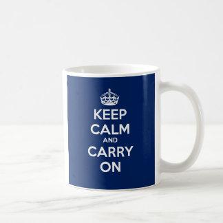 Mantenha calmo e continue a caneca - azul da DK