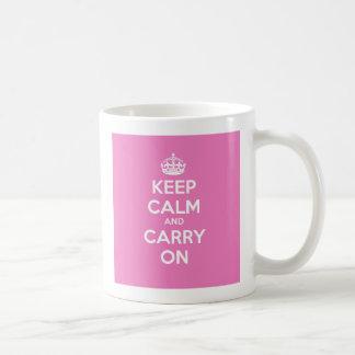 Mantenha calmo e continue a caneca - rosa