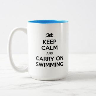 Mantenha calmo e continue nadar a caneca de café