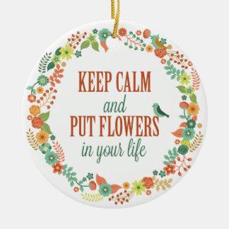Mantenha calmo e pnha flores em seu ornamento da