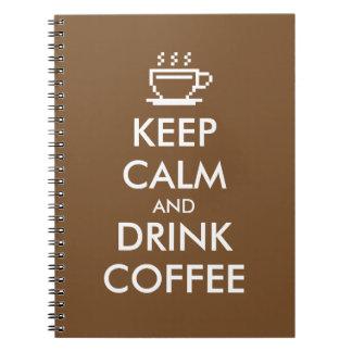 Mantenha jornal calmo e da bebida do café do cadernos