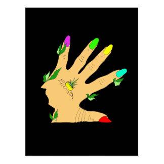 Mão com colorida as unhas cartão postal