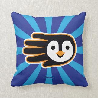 Mão do pinguim do vôo travesseiro