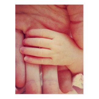 Mão infantil cartão postal