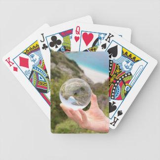Mão que guardara a bola de cristal perto do mar e baralhos de carta