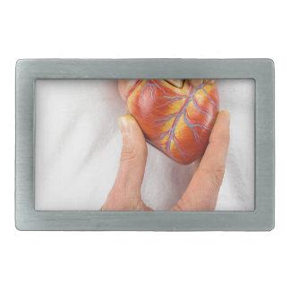 Mão que guardara o coração modelo na caixa