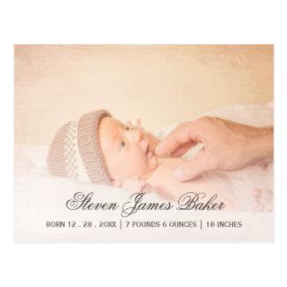 Mão recém-nascida do bebê da foto clássica do pai cartão postal