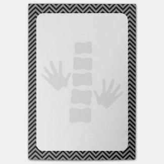 Mãos da quiroterapia e notas do Cargo-it® do Bloco Post-it