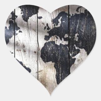 Mapa do mundo na textura de madeira adesivo de coração