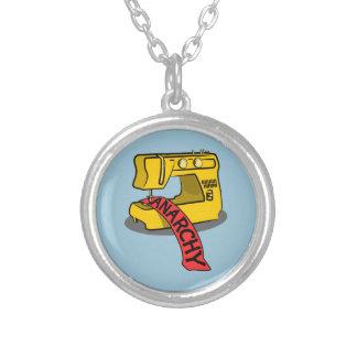 Máquina de costura amarela da anarquia colar com pendente redondo