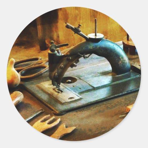 Máquina de costura antiquado adesivo em formato redondo