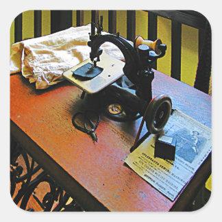 Máquina de costura com pano adesivo quadrado