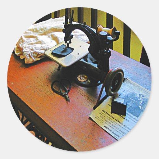 Máquina de costura com pano adesivos em formato redondos
