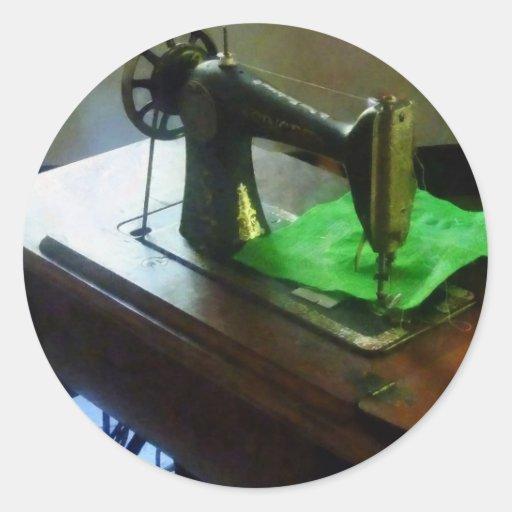 Máquina de costura com pano verde adesivo em formato redondo