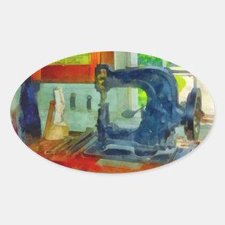 Máquina de costura na sala do chicote de fios adesivos oval