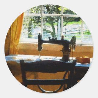 Máquina de costura pela janela adesivos redondos