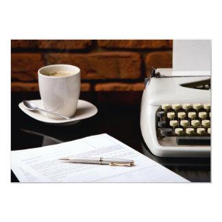 Máquina de escrever e uma chávena de café convite