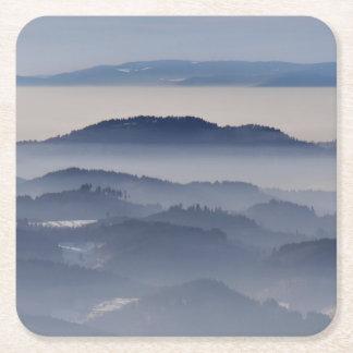 Mar de montanhas nevoentas porta-copo de papel quadrado