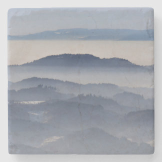 Mar de montanhas nevoentas porta copos de pedras