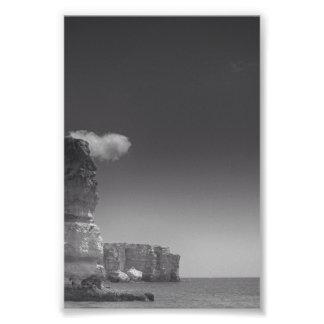 Mar preto & branco contra rochas Portugal Impressão De Foto