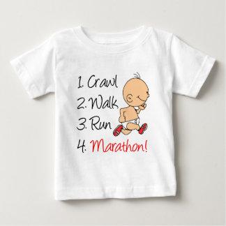 Maratona do funcionamento da caminhada do camiseta para bebê