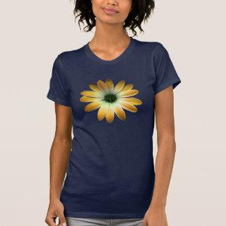 Margarida amarela no impressão do couro dos azuis camiseta