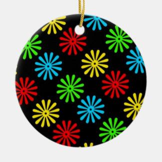 Margarida retro de RGBY Ornamento De Cerâmica Redondo