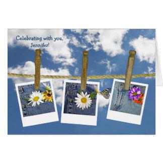Margaridas do aniversário na calças de ganga cartão comemorativo