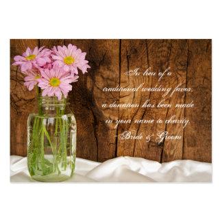 Margaridas do rosa do frasco de pedreiro que cartão de visita grande