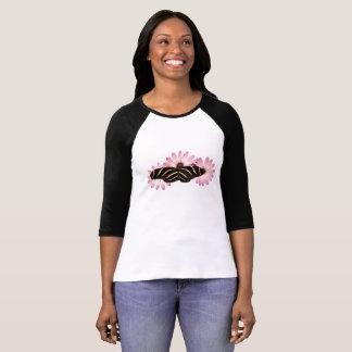 Margaridas e camisa da borboleta da zebra