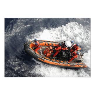 Marinheiros que conduzem o treinamento do bote arte de fotos