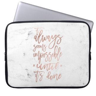 Mármore cor-de-rosa do branco da tipografia do sleeve para notebook